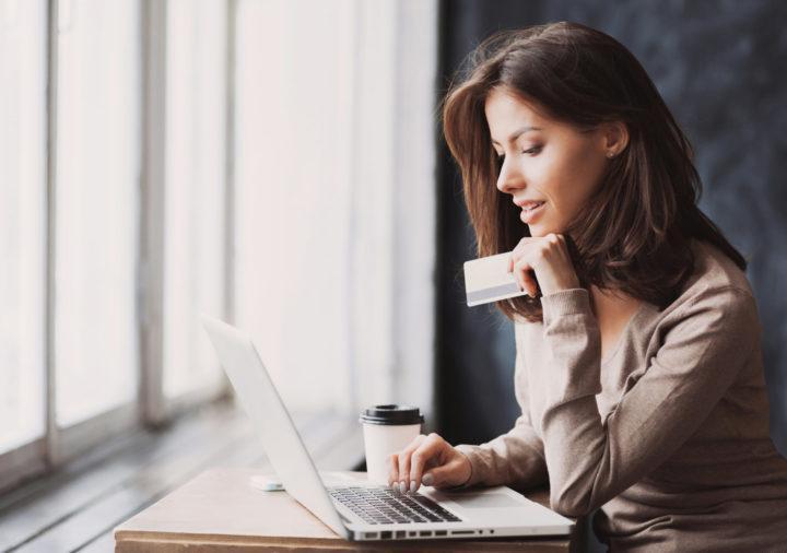 Nainen tietokoneella - Verkkokaupat valtaavat yhä useammalla toimialalla