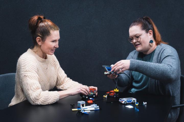 Naiset ratkaisevat ongelmaa yhteistyössä.